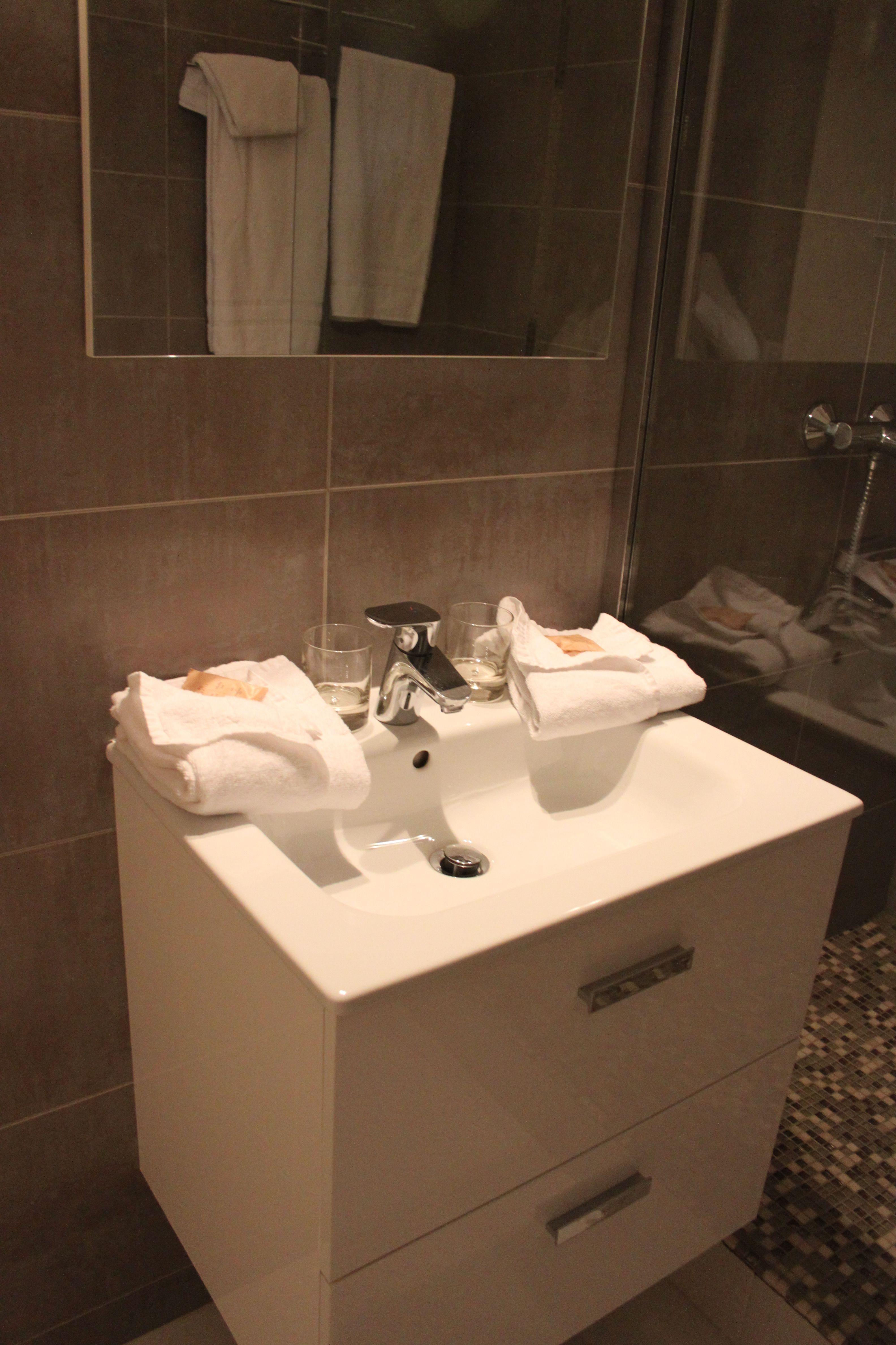 bagno con lavabo stanza 5 hotel Carolina a Cannes di #viaggiareapois