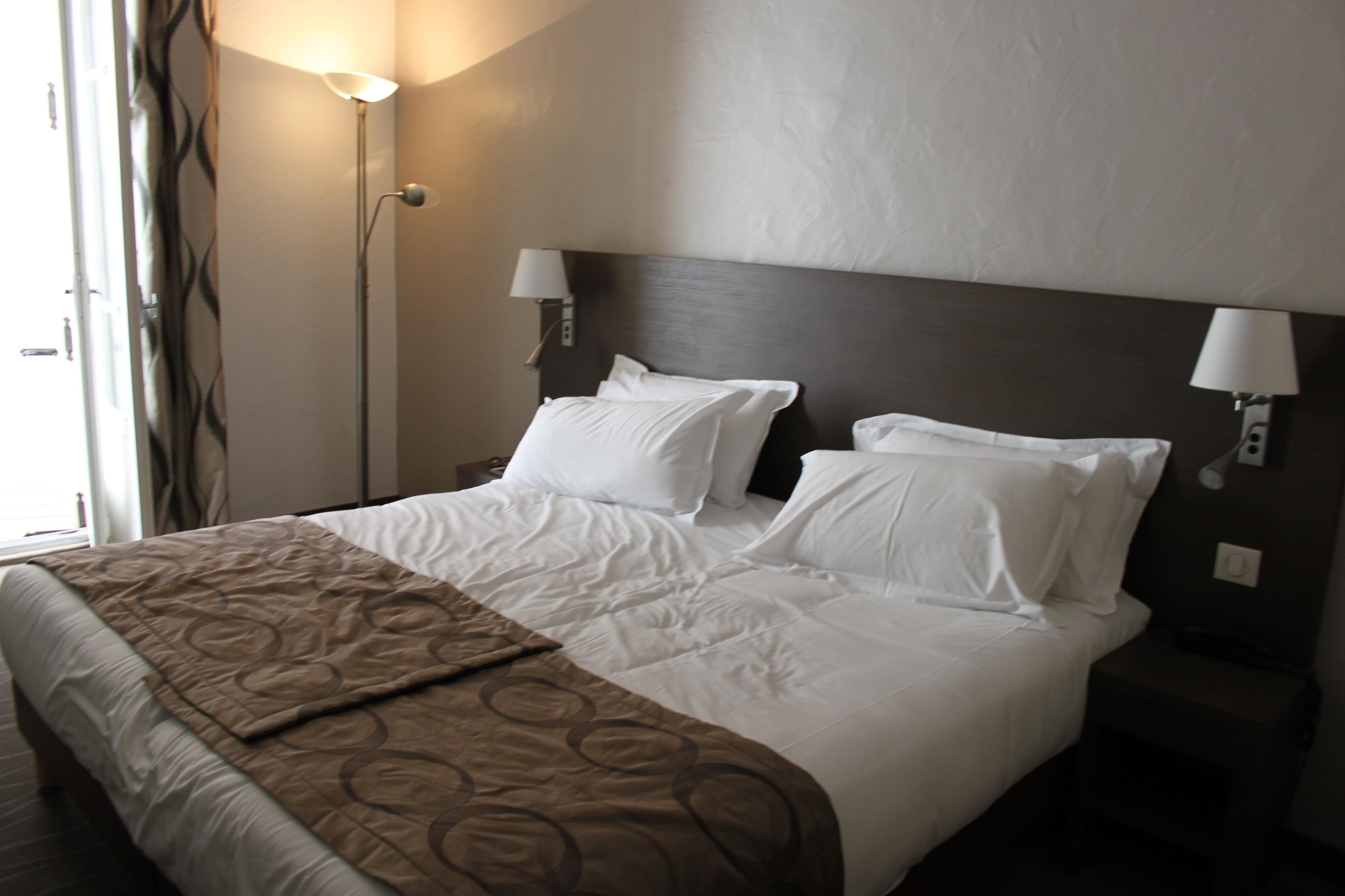 letto matrimoniale stanza 5 hotel Carolina a Cannes di #viaggiareapois